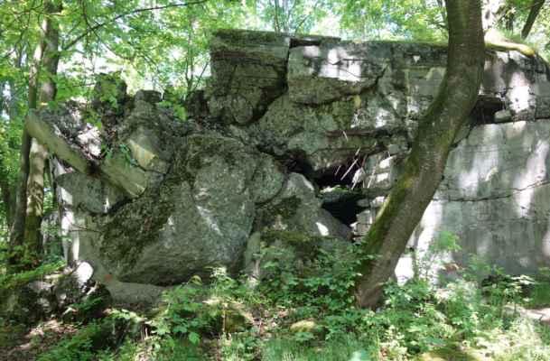 Díky tomu je bunkr určitou raritou a je tady jedinečná možnost vidět tloušťku betonových zdí apod.