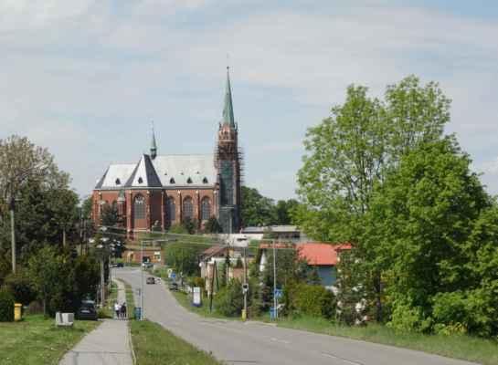 Kostel sv. Mikuláše v Ludgeřovicích.  Cihlový novogotický kostel nelze přehlédnout. Byl postavený v letech 1906 až 1907, s věží o výšce 75 m, přilehlou farou a hřbitovní kaplí. Projektantem návrhu i stavitelem byl Josef Holuscha z Dolního Benešova.