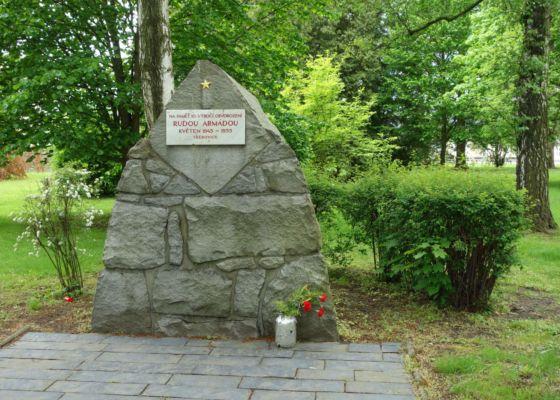 Je tu i památník osvobození.