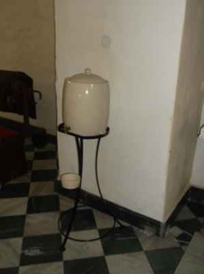 Baňok se svěcenou vodou. Kdo chce, může si nabrat domů a posvětit cokoli. Třeba ďábelskou ženu. Kostel Povýšení svatého kříže v Karviné-Fryštátu.