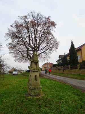 Památná lípa + socha místního umělce